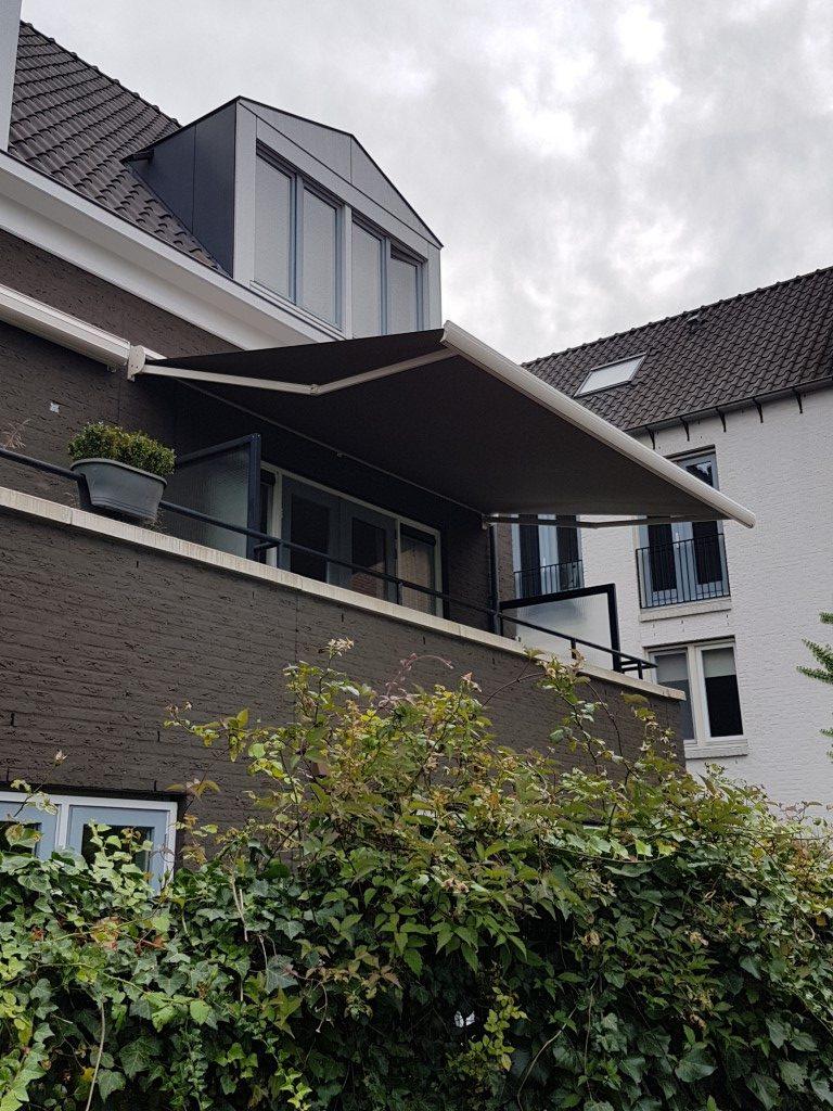Knikarmscherm de Woerd boven balkon